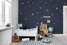 Quarto infantil com paredes escuras decoradas com estrelinhas Baby Bedroom, Baby Boy Rooms, Baby Room Decor, Girls Bedroom, Kids Rooms, Sky Nursery, Galaxy Nursery, Navy Blue Nursery, Deco Kids