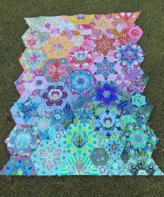 smitten quilt - Google Search Beginner Quilt Patterns, Modern Quilt Patterns, Quilting For Beginners, Hexagon Quilt, Square Quilt, Hexagons, Millefiori Quilts, Tula Pink Fabric, Pink Crafts