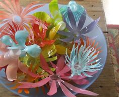 I've been looking for some old fashion plastic flowers.these are one-ups for recycling plastic bottles! Plastic Bottle Flowers, Plastic Bottle Crafts, Plastic Art, Recycle Plastic Bottles, Plastic Recycling, Handmade Flowers, Diy Flowers, Paper Flowers, Flower Petals
