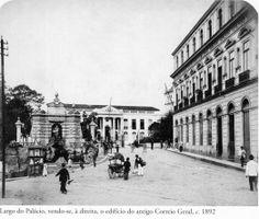 1892 - Largo do Palácio, vendo-se, à direita, o edifício do antigo Correio Geral. Ao fundo podemos ver um trecho do Pátio do Colégio. A esquerda segue a atual rua General Carneiro. Foto de Marc Ferrez. Acervo do Instituto Moreira Salles.