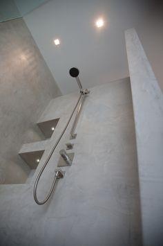 Onze gehele badkamer wordt voorzien van beton cire. Geen tegel kan tippen aan deze uitstraling. We kiezen voor een glazen douchewand van 120 cm, met deur (omdat ik een koukleum ben) De wanden in de douchehoek zijn dik genoeg om een nisje te kunnen maken. Dit geeft ook de mogelijkheid om inbouwkranen & douche te plaatsen.