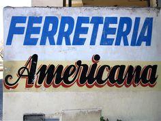 Cacería Tipográfica N° 117: Muro pintado a pincel para la Ferretería Americana en Umacollo, Arequipa.