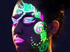 maquillage fluo / anniversaire fluo Uv Makeup, Makeup Black, Dark Makeup, Festival Face, Festival Make Up, Festival Paint, Party Make-up, Disco Party, Glow Party