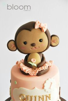 I like the pinched ears w/a blush of pink. (This is a fondant monkey tutorial) Más Fondant Toppers, Fondant Cakes, Cupcake Cakes, Kid Cakes, Pretty Cakes, Cute Cakes, Yummy Cakes, Fondant Monkey, Monkey Cakes