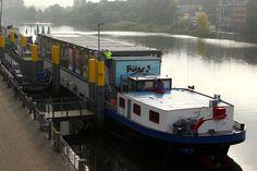 Ein schwimmendes Theater - auf dem Schiff gibt es zwei Säle, eine Bar und Garderoben, Backstage-Bereiche und Technikraum