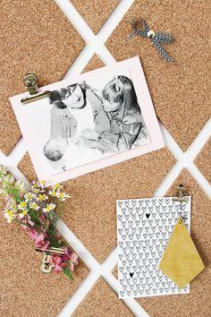 Maak je prikbord persoonlijk met foto's en leuke kaartjes. Leuk idee om voor Moederdag te geven!