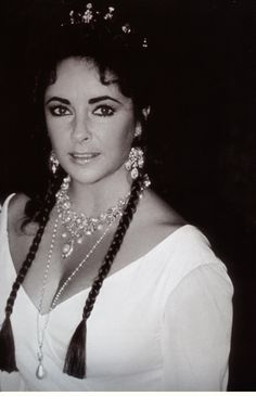 La Liz wearing 'The Mike Todd Tiara' (with earrings), Richard Burton's 19th Century Diamond and Pearl garland necklace, and Mary Tudor's La Peregrina pearl (*not yet in the showstopper Cartier Diamond & Ruby setting...)