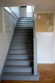 Grå ektrapp Painted Staircases, Chalk Design, Swedish House, Painted Floors, Stairways, Home Projects, Beach House, Home Improvement, House Design
