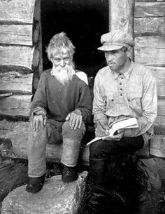 100-летний Кузьма Ахонен из Ладвозеро (Latvajärvi) и исследователь Ристо Богданов. 1930-е гг.