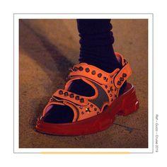 O modelo papete da Gucci é um tanto quanto polêmico. Considerado extravagante demais para alguns, seja pelo shape ou pelas cores, traz uma trend que é unanimidade na temporada: acabamentos metálicos como protagonistas. Pode apostar!⠀ Gucci, Cruise, Instagram, Shoes, Colors, Models, Seasons, Cruises