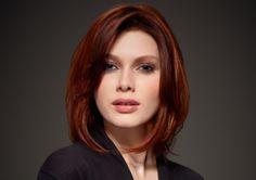 Ce joli carré mi-long et dégradé affine le visage rond de cette femme. De plus, le coiffeur a donné un beau volume sur le dessus de la tête, en gonflant les cheveux. Par ailleurs, la coloration roux foncé est ravissante.