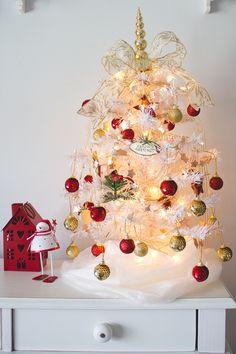 Decoração natalina com árvore branca pequena no quarto