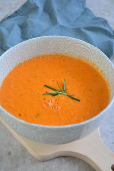 tomaat-paprikasoep Healthy Soup, Thai Red Curry, Lunch, Ethnic Recipes, Food, Tomatoes, Lunches, Meals, Yemek