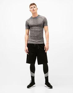 Camiseta sport sin costuras. Descubre ésta y muchas otras prendas en Bershka con nuevos productos cada semana