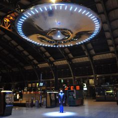 Ross Lovegrove's hovering UFO at the Lille Flandre Station in France is surrounded by a perimeter of brightly shining LEDs, is also equipped with a central tractor beam that intermittently shines down on selecting passing travelers. Interactive Installation, Installation Art, Art Installations, Alien Spaceship, Ufo Sighting, Science And Nature, Public Art, People Around The World, Art World