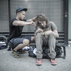 The hairstylist who spends his free time cutting hair for the homeless. | 12 People Who Definitely Did The Right Thing