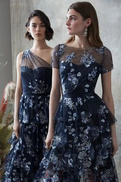 Marchesa Notte Pre-Fall 2020 Fashion Show - - Marchesa Notte Pre-Fall 2020 Collection – Vogue Source by shawnyrp Blue Fashion, Fashion 2020, Dress Fashion, Spring Fashion, Women's Fashion, Fashion Trends, Marchesa Fashion, Long Sleeve Gown, Christmas Fashion