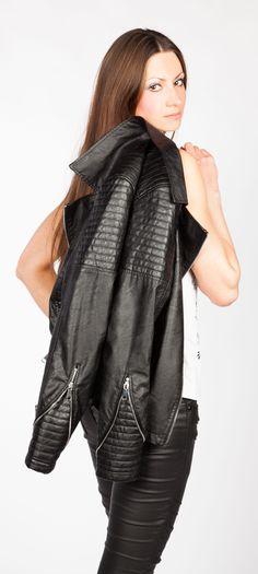 Die schlichte Übergangsjacke von Trisens aus softem Lederimitat in Biker-Look verpasst Outfits eine roughe Aussage. Das softe Lederimitat mit perforierten Stepp-Einsätzen und die makellose Passform sorgen für Style-Perfektion.