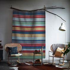tissage tenture ethnique couleurs naturelles décoration murale avec fauteuil en cannage en bois IKEA