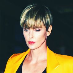 Charlize Theron was spotted with a blonde bowl cut while doing press for the film Bombshell in New York. Short Wedge Hairstyles, Pixie Hairstyles, Trendy Hairstyles, Short Hair Styles, Bowl Cut Hair, Charlize Theron Short Hair, Atomic Blonde, Cool Street Fashion, Street Style