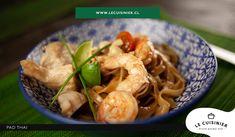 Pad Thai, sutileza de la cultura tailandesa.  Fideos de arroz, camarones y pollo acompañados de una deliciosa salsa agridulce. Salsa, Spaghetti, Chicken, Meat, Ethnic Recipes, Food, Rice Noodles, Culture, Cook