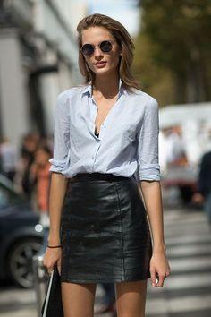 Look office com mini saia de couro preta e camisa.  Imagem referência: google.