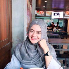 hijaber seksi #hijabiexplores Muslim Fashion, Hijab Fashion, Hijab Tutorial, Hijab Outfit, Outfits, Style, Swag, Suits, Hijabs