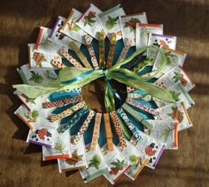 DIY theekrans/tea wreath gekleurde wasknijpers/colored clothes pegs kartonnen rondje/cardboard circle verschillende theezakjes/diffrent teabags versieren met lint/decore with a ribbon Recetas Para Navidad Ideas, Xmas Deco, Scrapbook Box, Raffle Baskets, Diy Crafts For Gifts, Diy Presents, Original Gifts, Homemade Gifts, Diy For Kids