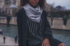 SNOOD MÉRINOS GRIS & NOIR  Écharpe tubulaire 100% Française.  Tissée et confectionnée en France.  Maillage 100% Merinos   150 cm de longueur et 50 cm de largeur.   Logo brodé de fil noir
