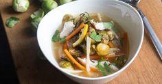 Juliennesoep met kip en gegrilde spruiten Thai Red Curry, Risotto, Ethnic Recipes, Food, Fodmap, Eten, Meals, Diet