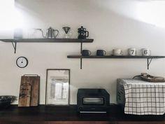 種類の違うマグカップを並べて、まるでカフェのキッチンにいるかのよう。  味のある木の棚は古道具屋さんで見つけた物なんだとか。大人の落ち着いた空間が素敵ですね。