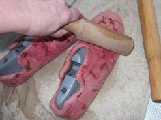 Непсы, слабсы, бирсы. Что за штуки такие? А это просто комочки разного размера и плотности, скатанные из шерсти и покрашенные. Применяются для декорирования войлока. Этим мы сегодня и займемся при валянии тапочек. Что нам понадобится? Шерсть, непсы-слабсы, шелковые платочки, шаблон, пленка пупырчатая, сетка капроновая, скалка деревянная, машина шлифовальная, массажер, линейка, ножницы, мыльный раствор. Я решила свалять тапки 39 размера.