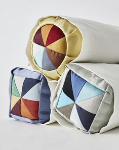 할머니의 마음을 담은 작품옷장 한구석을 차지하고 있던 반짇고리를 떠올려보자. 아무리 헤지고 찢어진 옷... Traditional Interior, Traditional Design, Korean Art, Arts And Crafts, Throw Pillows, Quilts, Sewing, Pattern, How To Make