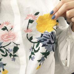 シャツの刺繍の色とネイルの色のマッチング感いいでしょ〜😘って言いたいのにうまく写真撮れなくて、もぉ〜😔ってなった写真😂😂😂 #おしゃれさんと繋がりたい #オシャレさんと繋がりたい #お洒落さんと繋がりたい #ネイル #セルフネイル #zara #ootd #fashion