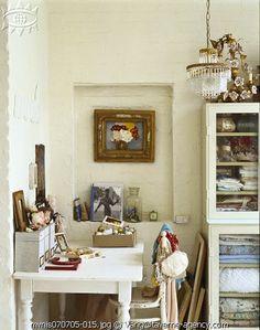Un petit bureau dans un petit coin.Sympathique vitrine.Blanc crème.