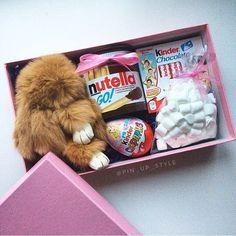 Подарок девочке с брелком зайкой, и сладостями.