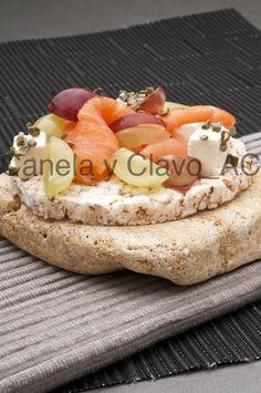 #Canapé de salmón, queso feta y #uva. by @uvasdoce. Imagen @canelayclavocomunicacion.