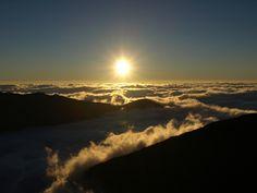 【朝の日 晨光 Morning Light】 朝日の投稿写真。タイトルは日の出に照らされる雲海