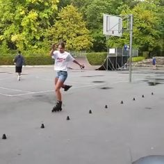 Rollerblading skills with balance, coordination, Best Funny Pictures, Funny Images, Funny Gifs, Wow Video, Inline Skating, Roller Skating, Roller Derby, Trending Memes, Getting Out