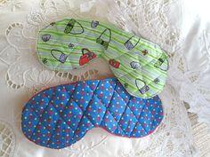 Aprenda a fazer um quilt simples e crie uma linda e confortável máscara de dormir para usar e presentear. Confira. Você vai gostar também de:Alfineteiro para presentear uma artesã - passo-a-passoComo cortar rolhas para fazer artesanatoAno Novo, como fazer lembrancinhas para oferecer