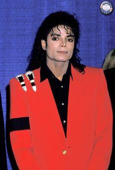 10 de marzo de 1988 - Con motivo de la 44th cena del United Negro College Fund en Manhattan (NY), Michael Jackson recibió los mayores honores por ser el máximo donante de la fundación contra el hambre y las enfermedades infantiles, proclamándole Doctor Honoris Causa en Letras por la Universidad de Fisk.