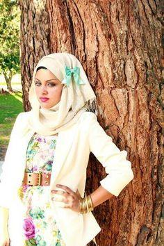 Add a cute little bow on your hijab to make it interesting. Arab Fashion, Islamic Fashion, Muslim Fashion, Girl Fashion, Modest Dresses, Modest Outfits, Modest Clothing, Modest Fashion Hijab, Fashion Dresses