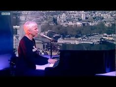 ▶ BBC News - Annie Lennox performs In the Bleak Midwinter.mp4 - YouTube