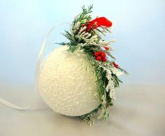 Bombka śnieżna kula – Ozdoby bożonarodzeniowe - ostatnia sztuka - kolor: czerwony, zielony, biały, wymiary: średnica kuli 12 cm wysokość ze stroikiem 20 cm – Artillo