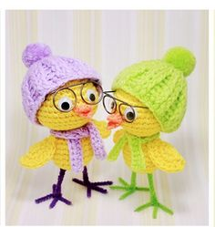 Amigurumi chicks in hats. (Free pattern available but not in English). Crochet Birds, Easter Crochet, Crochet Art, Crochet Patterns Amigurumi, Cute Crochet, Crochet Animals, Crochet Crafts, Crochet Dolls, Crochet Projects
