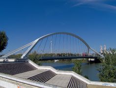 El verdadero nombre del Puente de la Barqueta es Puente Mapfre (entidad que lo financió)