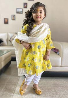 Baby Girl Dresses Fancy, Girls Dresses Sewing, Baby Girl Dress Patterns, Girls Casual Dresses, Kids Frocks Design, Baby Frocks Designs, Girls Fashion Clothes, Baby Girl Fashion, Pakistani Kids Dresses