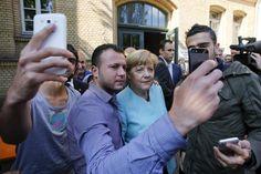 Deutsche und europäische Politiker sind überfordert mit der aktuellen Flüchtlingskrise. Sie bringt ihre gut eingeübten Routinen durcheinander. Doch diese Überforderung schafft etwas Menschliches.