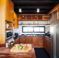 บ้านสไตล์โมเดิร์นอินดัสเทรียล ขนาดสามชั้นครึ่งหลังนี้ เน้นความเรียบง่าย โชว์ความสวยงามของวัสดุอย่างไม้จริง อิฐโชว์แนว และเหล็กทำสีดำที่ดูเข้ากัน