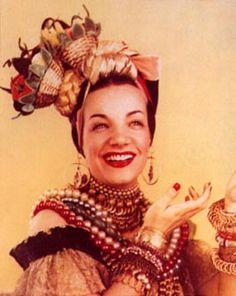 Carmen Miranda (cantora e atriz): Maria do Carmo Miranda da Cunha(1909-1955) foi uma cantora e atriz luso-brasileira e precursora do tropicalismo. Carmem foi a maior celebridade em sua época, algo como Britney hoje. Encontraram na morta no quarto de sua casa em Beverly Hills após colapso cardíaco fulminante por causa da sua dependência de barbitúricos.
